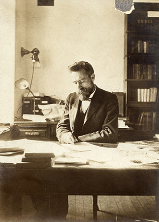 <p>Albert Spear Hitchcock (1865–1935), in his USDA office, Washington, D.C., ca.1908, 14 × 9.5 cm, photograph by an unknown photographer, HI Archives portrait no. 6.</p>